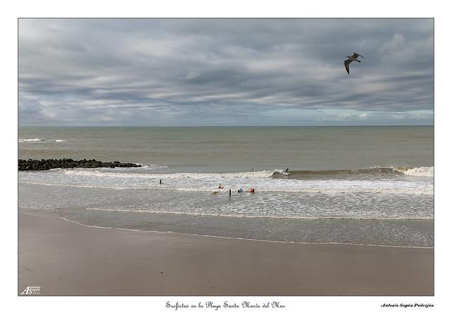 Surfistas en la Playa Santa Maria del Mar