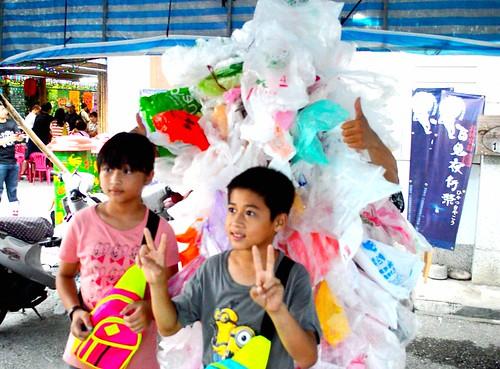 黑潮海洋文教基金會主任賴威任穿上塑膠衣與民互動,希望引起民眾關注塑膠袋對環境產生的衝擊。(謝宗璋攝影)