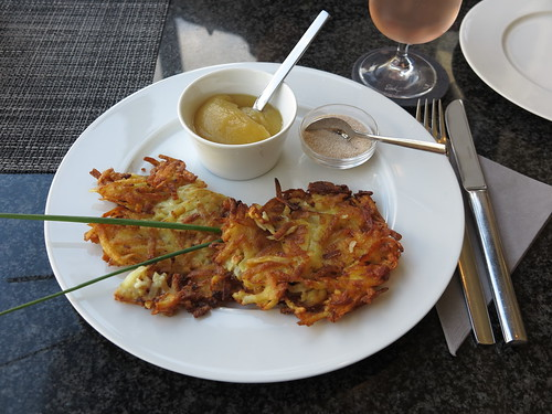 Kartoffelpuffer mit Apfelmus und Zimt-Zucker (im Cafe des Osnabrücker Kaufhauses Schäffer)