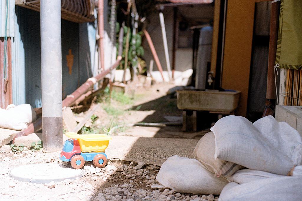 """千葉縣佐倉市 2015/08/05 佐倉巷弄內的一景  Nikon FM2 / 50mm Kodak ColorPlus ISO200  <a href=""""http://blog.toomore.net/2015/08/blog-post.html"""" rel=""""noreferrer nofollow"""">blog.toomore.net/2015/08/blog-post.html</a> Photo by Toomore"""