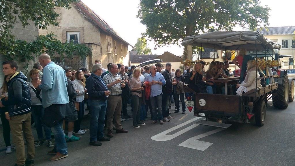 Abfahrt in Selzen mit Trecker zur Weinprobe (2015)