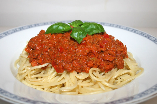41 - Spaghetti with ground meat sour cream sauce - Side view / Spaghetti mit Hackfleisch-Schmand-Sauce - Seitenansicht
