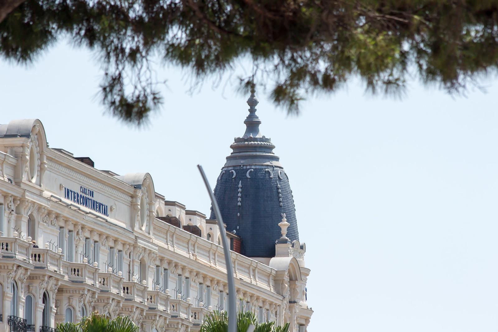 4. Вдоль неё расположены самые лучшие отели этого города - Carlton, Martinez, Majestic.
