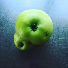 yellow(0.0), plant(0.0), liqueur(0.0), produce(0.0), macro photography(1.0), green(1.0), fruit(1.0), food(1.0), granny smith(1.0), apple(1.0),