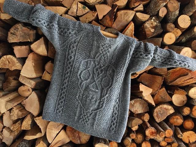 муж собирает оливки, я фотографирую свитер, ленивое воскресенье 👍💙 #вязание #череп #gray #skull #knitting #sweater #tweed #lovelovelove