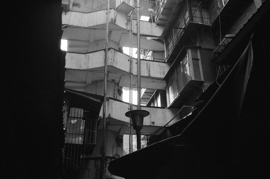 南機場夜市 台北 Taipei 2015/11/07 路燈,上次晚上來的時候沒有注意到這會不會亮,如果會亮的話,好像也是一個不錯的場景。  Nikon FM2 Nikon AI AF Nikkor 35mm F/2D Kodak TRI-X 400 / 400TX 2940-0022 Photo by Toomore
