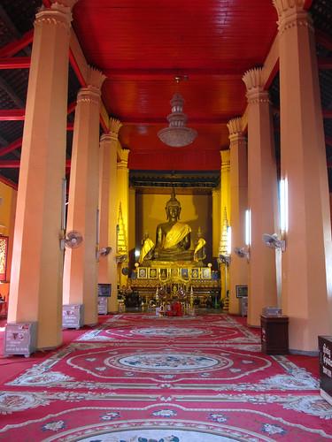 Vientiane: le plus important bouddha en bronze de Vientiane dans le temple Vat Ong Teu