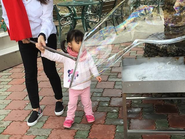在香格里拉休閒農場吹大泡泡!