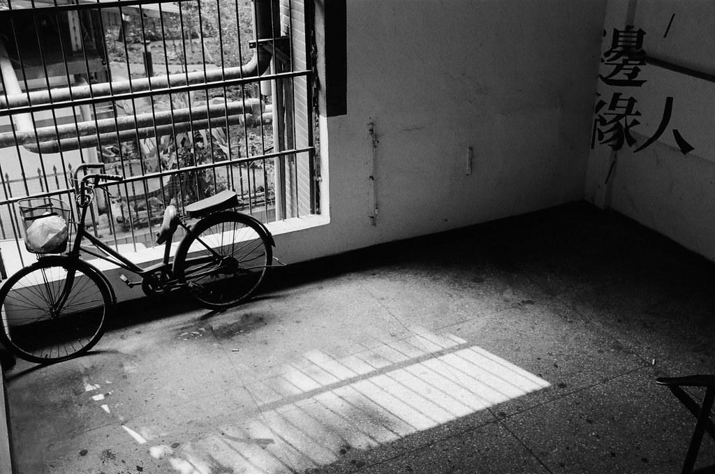 南機場公寓 Taipei / Kodak 400TX / Nikon FM2 我也是邊緣人,至少現在是這樣,關在自己的觀景窗裡,什麼都不用多想。  Nikon FM2 Nikon AI AF Nikkor 35mm F/2D Kodak TRI-X 400 / 400TX 2940-0016 2015/11/07 Photo by Toomore