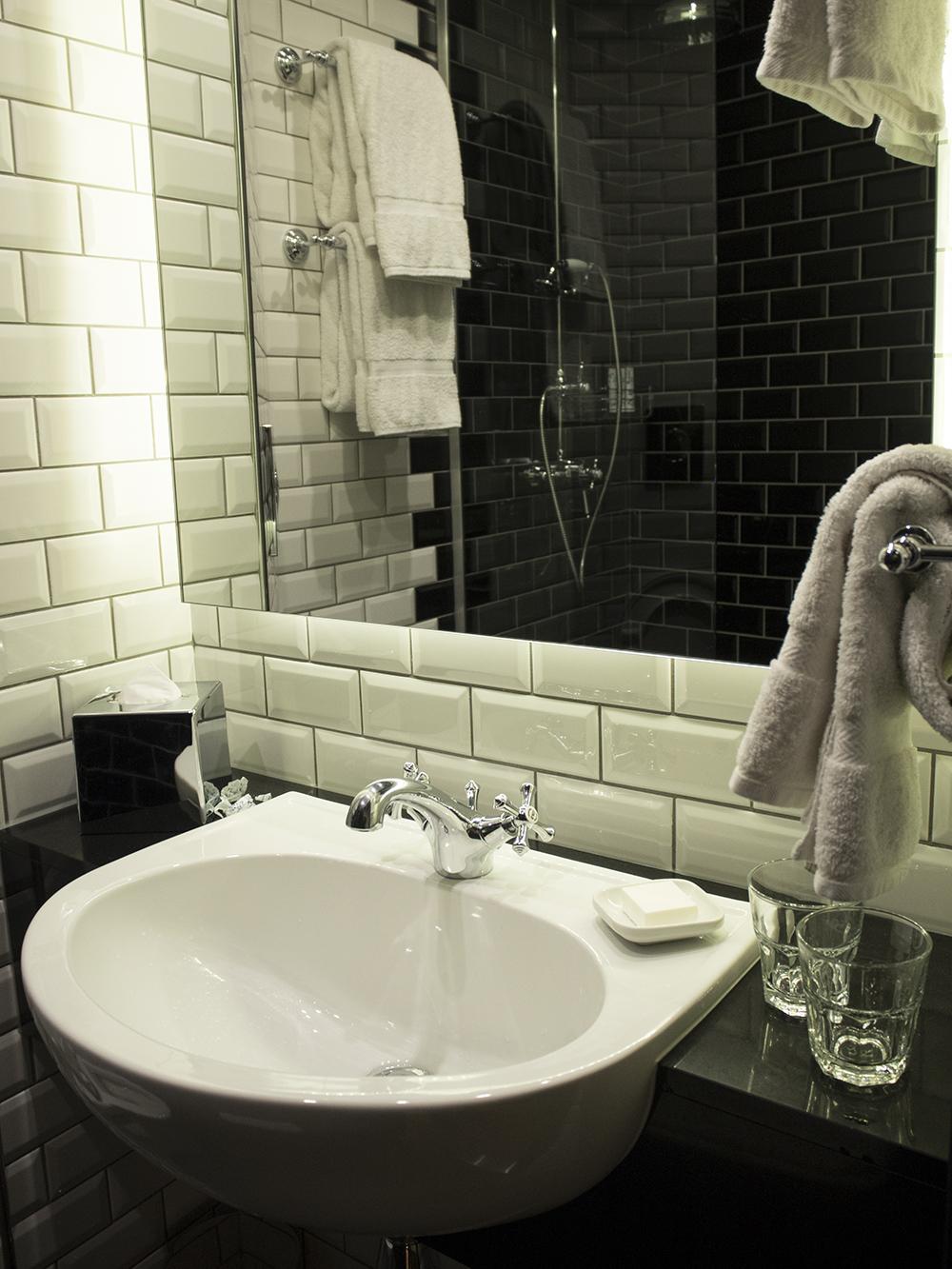 bathroom-hoxton-hotel-shoebox-room