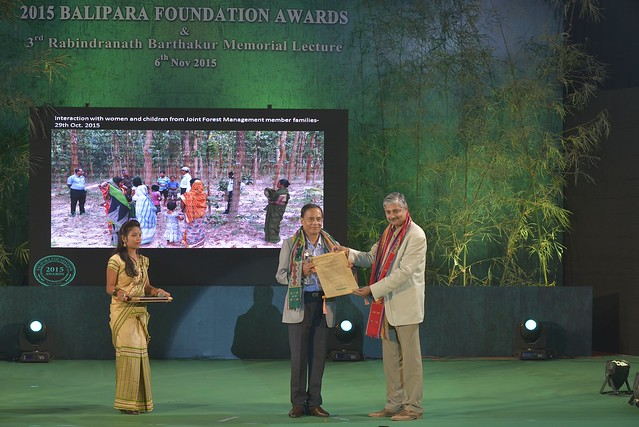 Mr. Vivek Menon, Executive Director  & CEO Wildlife Trust of India & Chairman of IUCNs Asian Elephant Specialist Group, Presenting the Annual Award to Shri Achintya Kumar Sinha from Tripura