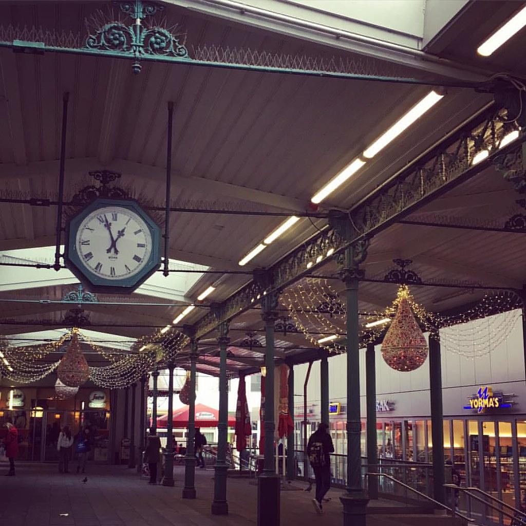 Наш вокзал украсили к Рождеству, а на автобусной остановке продают глинтвейн и засахаренный миндаль. Кто сказал, что ждать автобуса - скучное занятие?