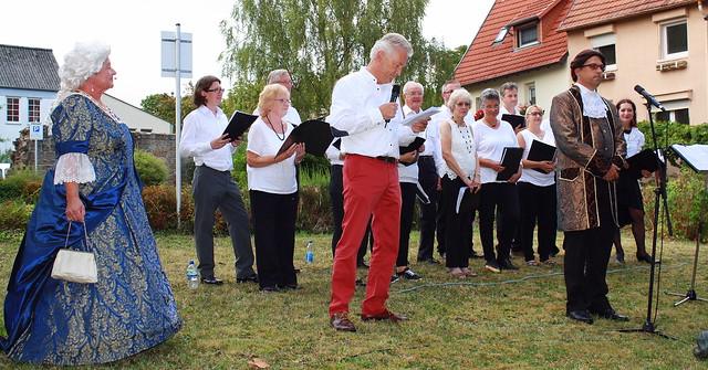 Chor aus Macclesfield begrüßt Mary de Bode, moderiert von Dr. Alfred Scheld