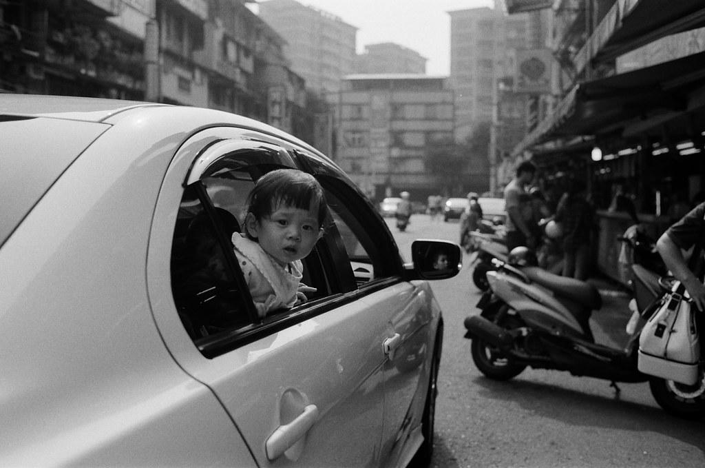 南機場夜市 台北 Taipei 2015/11/07 在走進去南機場夜市前看到一個小朋友吵吵鬧鬧,我就等他轉過頭來後拍一張,他就安靜下來了。  Nikon FM2 Nikon AI AF Nikkor 35mm F/2D Kodak TRI-X 400 / 400TX 2940-0023 Photo by Toomore