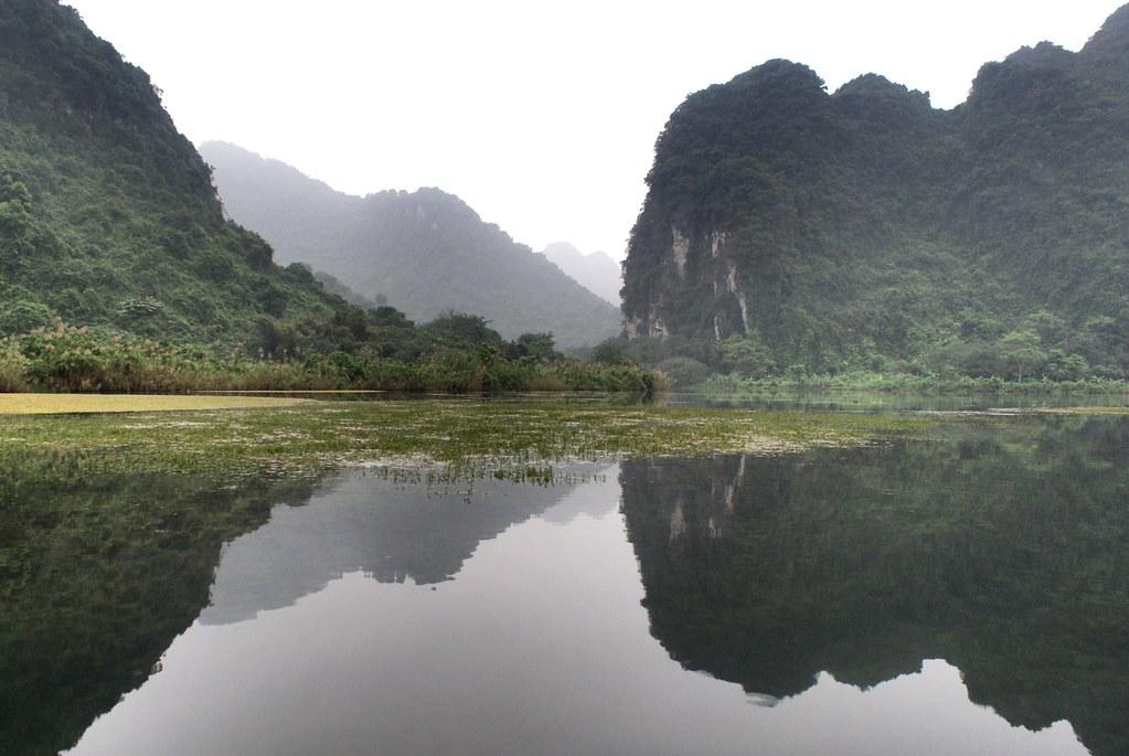 Jeux de miroirs sur les eaux de Trang An près de Ninh Binh au Vietnam