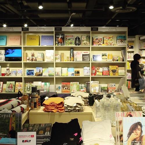 例えばこんな風に、アウトドアコーナーには、アウトドアに関する本や雑誌、DVDなどの他に、リアルにアウトドアグッズが売ってたりもする。 #hmvbooks