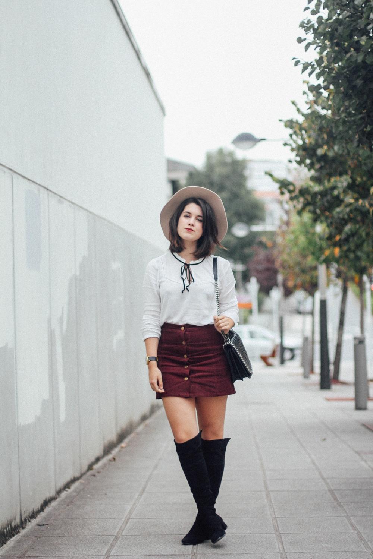 blusa blanca con lazo negro y falda con botones myblueberrynightsblog