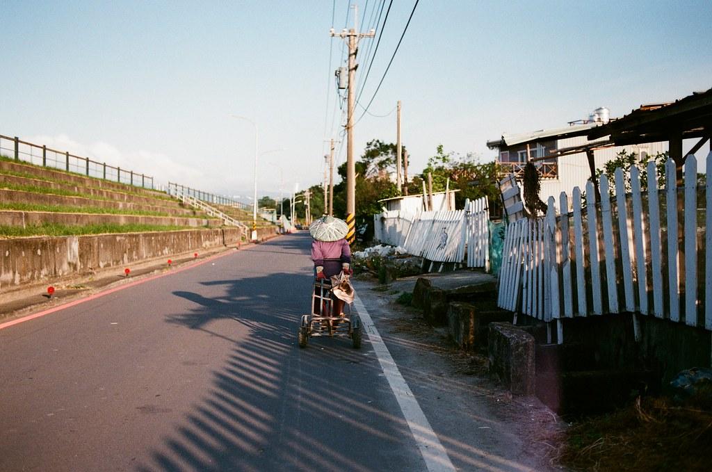 社子島 Taiwan 2015/11/28 在社子島走走拍拍,還是一個很悶的下午,這裡真的很安靜,但是一如往常,只要太安靜,我自己就會走著走著哭起來,也不知道什麼時候才會停止。  其實也習慣了,就繼續拍照這樣。  Nikon FM2 Nikon AI AF Nikkor 35mm F/2D FUJICOLOR 業務用 ISO400 4047-0030 Photo by Toomore