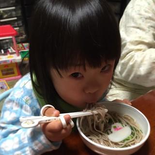 NHK紅白観ながら年越し蕎麦。 この時間まで起きてた娘さんも、今日は特別ということで。  よいお年を〜
