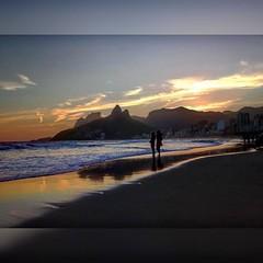 Um Poema carioca no Arpoador... imagem assinada pela sensibilidade da arquiteta Angélica Fiat...  #aplausoblogauroradecinema  #blogauroradecinemaaplaude  #riodejaneiro #errejota #clouds  #photography #photographer #likephoto #arpoador #carioca  #carioquis