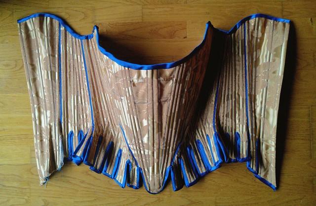 Corps à baleines, corset historique en cours de réalisation