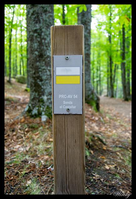 Senda el castañar en El Tiemblo - Poste que señaliza el PRC-AV 54