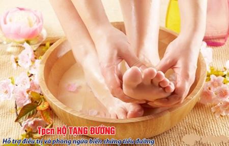 Chăm sóc bàn chân hàng ngày giúp làm chậm sự tiến triển biến chứng thần kinh tiểu đường