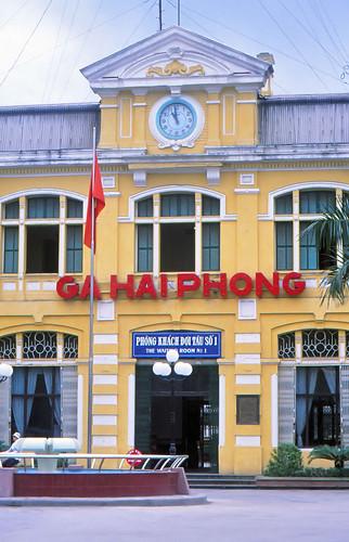 vietnam haiphong ðsvn infra stationbuilding architecture frenchcolonialstyle ciyheritage detail front entrance stationclock 2003