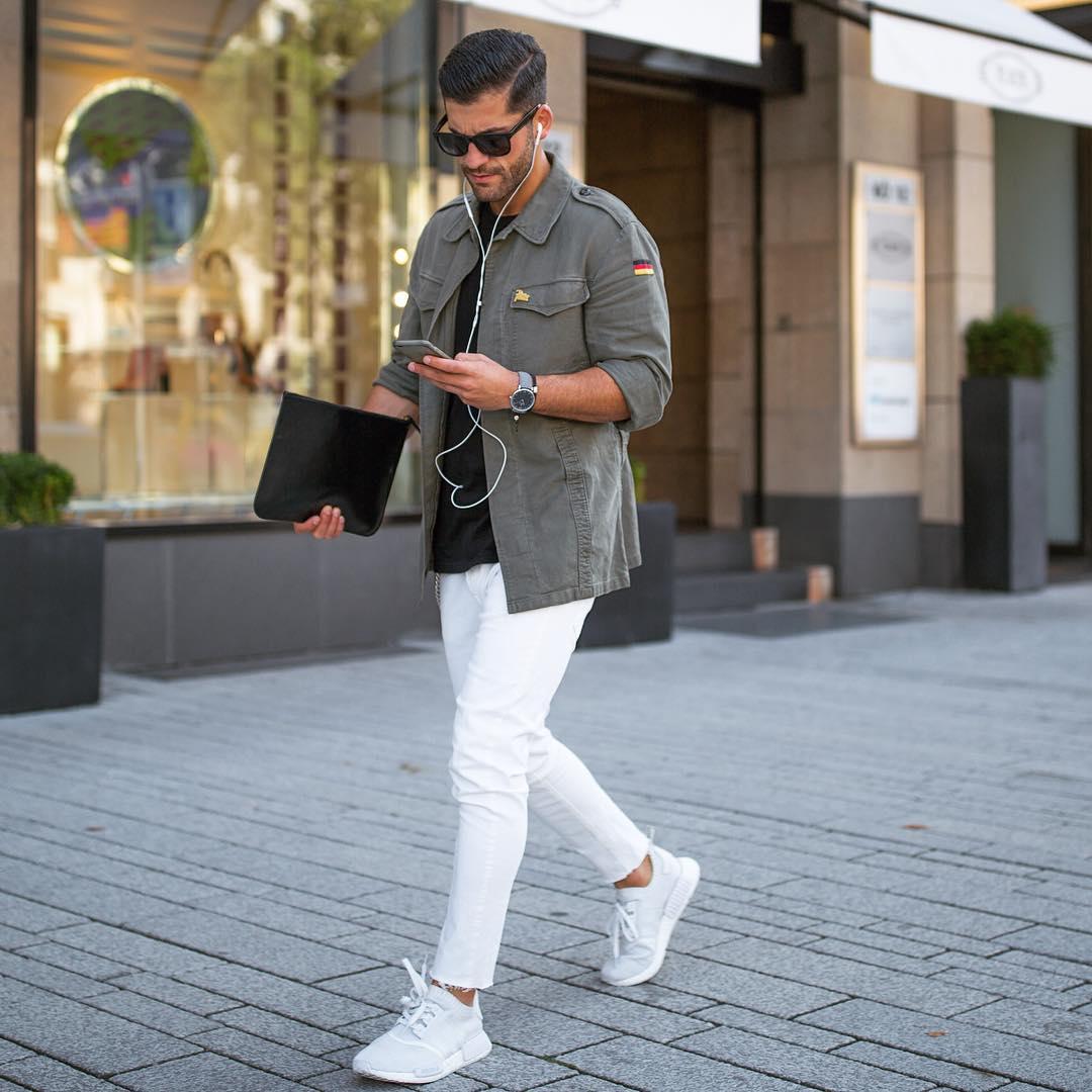モールスキンミリタリージャケット×黒Tシャツ×白カットオフパンツ×adidas NMD全白