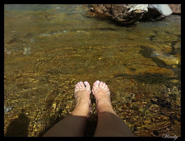 Mis pies en el agua congelada del Pirineo