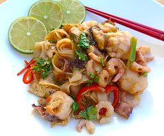 FIERY MIDNIGHT SNACK – CHILLI-NOODLES WITH SEAFOOD AND EGG