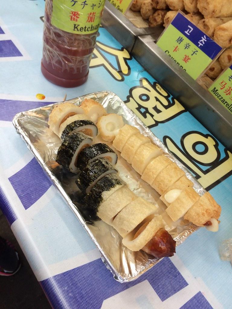 炸魚板熱狗,搭配芥末醬與番茄醬,完全銷魂