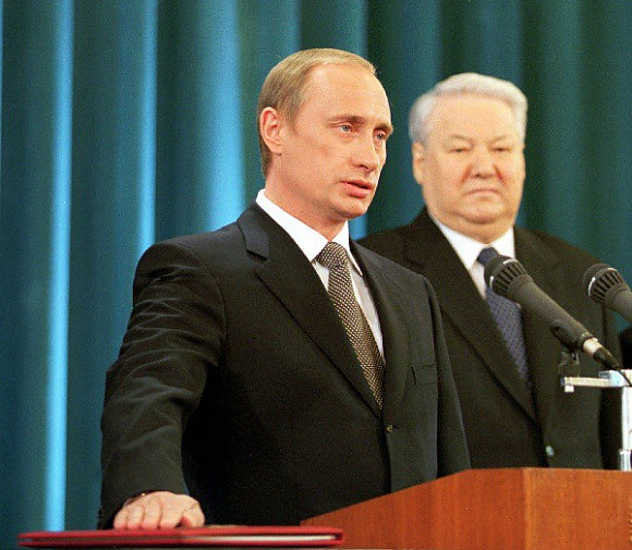 Putin takes the presidential oath beside Yeltsin