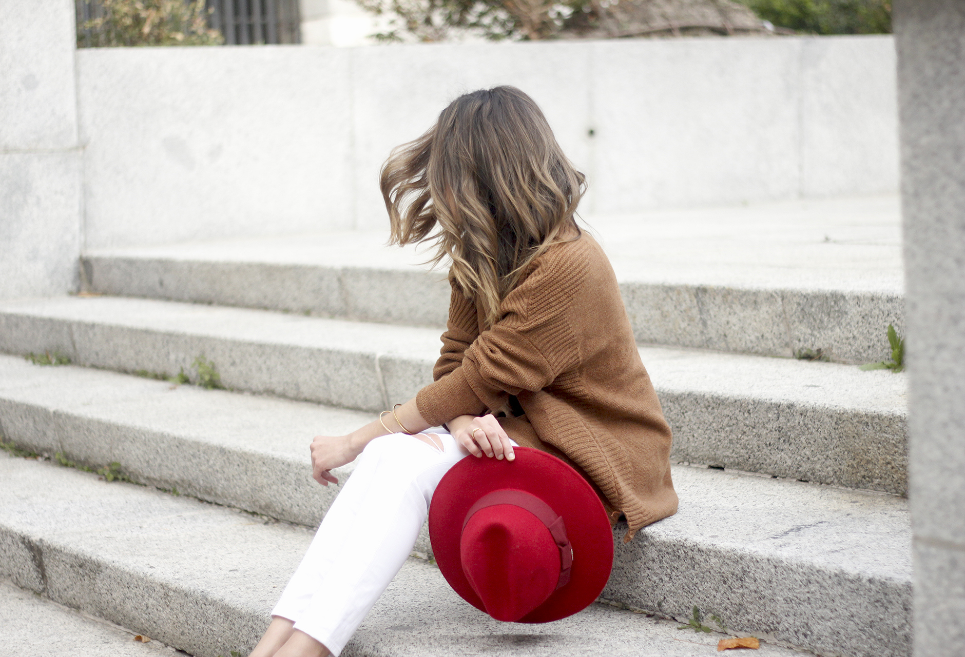 Turtleneck Sweater white jeans red heels red hat uterqüe outfit10