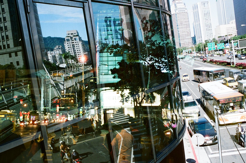 Double Exposure / Negative 800 / Lomo LC-A+, Nikon FM2 這卷底片在不同天重複曝光,很多影像都很特別,在白天可以看到夜晚,在無人的地方隱約看到其他事情正在發生,每一格都很特別,可以慢慢找畫面中的奇特事件!  This film is double exposure in different days, every frame are so special!  Lomo LC-A+ (2015/12/08 ~ 2015/12/11) Lomography Color Negative 800 35mm  Nikon FM2 (2015/12/22) Nikon AI AF Nikkor 35mm F/2D  5660-0030 Photo by Toomore