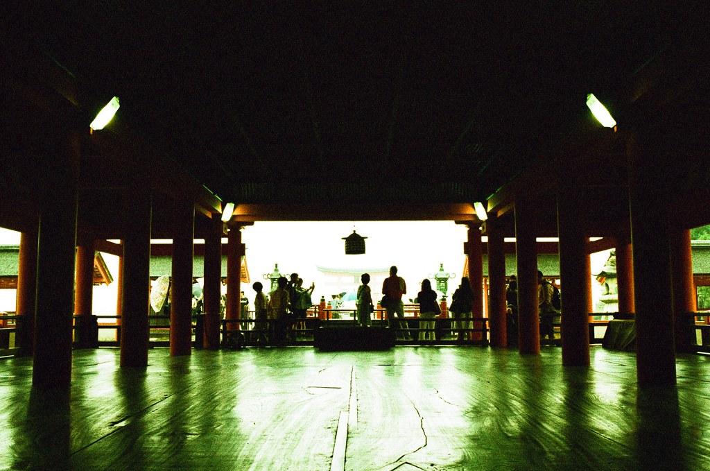 嚴島神社 広島 Hiroshima, Japan / Lomography Slide, XPro / Nikon FM2 一年前的約定,說好的答謝,還是要找時間回來感謝!  本來答謝完不要再祈求了,因為實在有點沒辦法接受不確定的籤運,但還是默念一下願望,抽了一支還不錯的籤!  Nikon FM2 Nikon AI AF Nikkor 35mm F/2D Lomography Slide / XPro 200 ISO 35mm 4942-0032 2016/09/25 Photo by Toomore