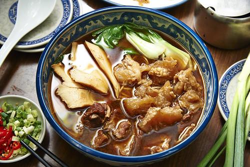 不論藍綠,只問牛肉-全台灣最好吃的高雄小王牛肉麵,連王永慶、郝龍斌、陳菊都說讚!_芙蓉極品三寶麵
