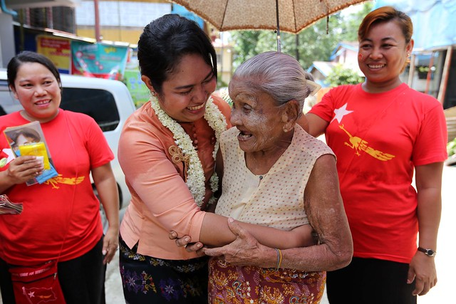 Phyu Phyu Thin, the candidate, making door-to-door visit to the people during her election campaign at Mingalar Taungnyut Township, Yangon on 20 September 2015.  Foto: Hong Sar