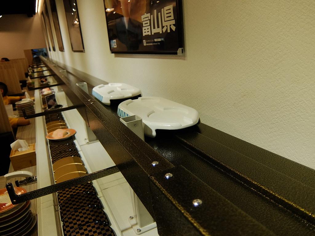 坐在bar台的人另外加點的就靠這一台捷運運送XD