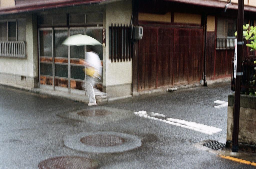 嚴島(Itsuku-shima)広島 Hiroshima 2015/08/31 一個轉角,但那時候我有點誤按快門,所以有晃動的感覺。  Nikon FM2 / 50mm Kodak UltraMax ISO400 Photo by Toomore