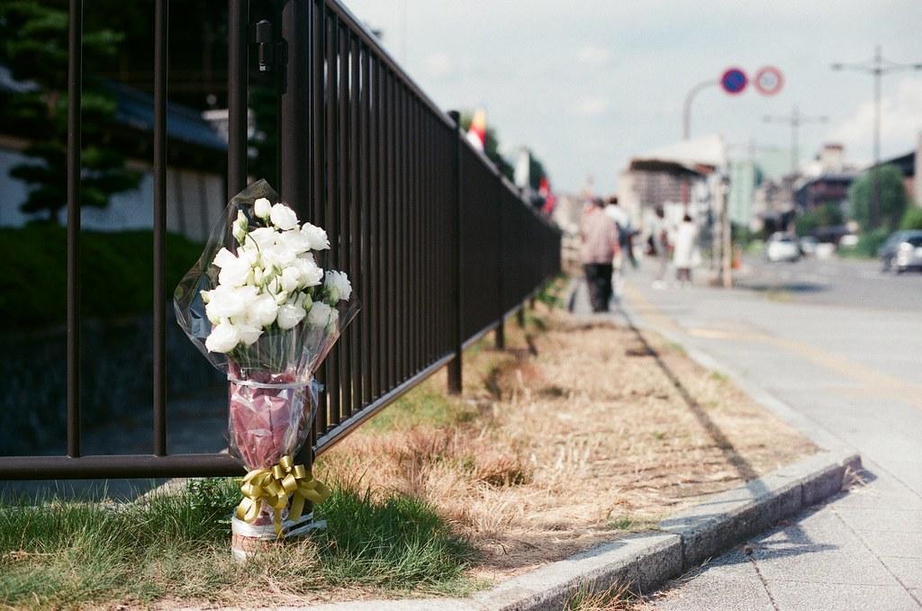 東本願寺 Kyoto 2015/09/23 這是在東本願寺的路口拍到的畫面,可能有發生什麼重大車禍吧 ...  Nikon FM2 Nikon AI Nikkor 50mm f/1.4S AGFA VISTAPlus ISO400 0947-0012 Photo by Toomore