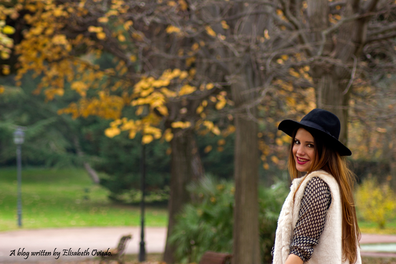 vestido el corte ingles heelsandroses chaleco pelo blanco sombrero negro stradivarius tacones rojos (6)