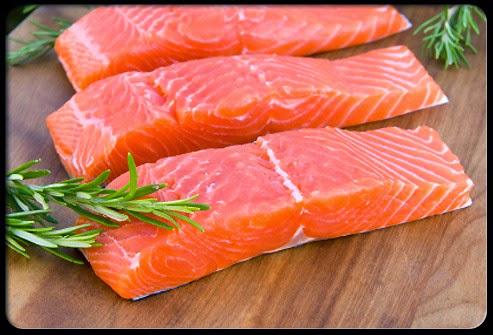 Cá hồi chứa nhiều chất béo omega 3 tác dụng hạn chế tăng huyết áp, tránh được nguy cơ nhồi máu cơ tim và đột quỵ