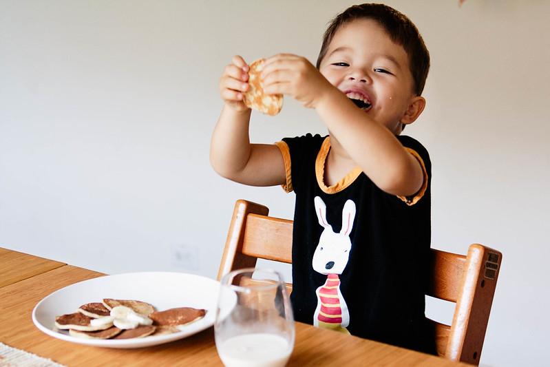 cute & little blog | 3-ingredient banana pancakes recipe| #toddlermeal #glutenfree #lonestareggs