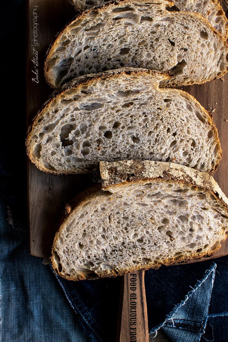 Pan de agua fermentada con chile y avellanas