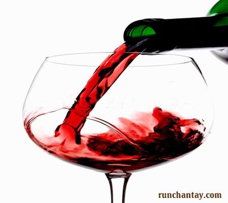 Lạm dụng rượu hoặc cai rượu không đúng cách làm tăng nguy cơ mắc bệnh run