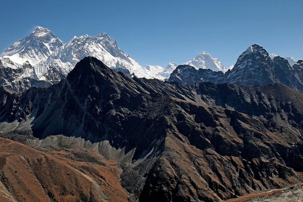 Hned tři osmitisícovky najednou - Mt. Everest (8848 m), Lhotse (8516 m) a Makalu (8485 m).