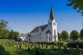 Manger kirke og kirkegård