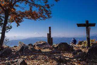 大岳山山頂・・・小春日和で富士山が霞んで見えます