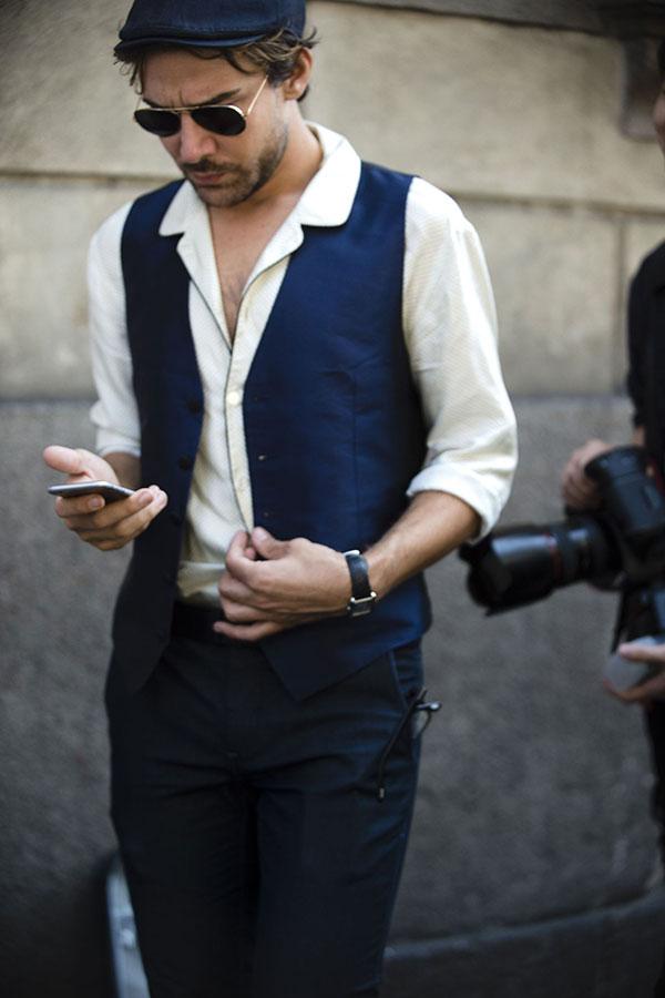 紺ハンチング×白開衿シャツ×紺ジレ×紺スラックス